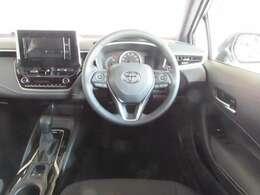 フィット感のある革巻きハンドルと便利なステアリングスイッチ付きで、とても運転しやすい車です。(便利なクルーズコントロール付き)