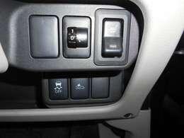エマージェンシーブレーキ装備なのでまさかの時に役立ちます。 VDC(横滑り防止+TCR)付きなので4WDと併せて滑る路面でも安定した走行が可能です。 運転席にはシートヒーターを装備。