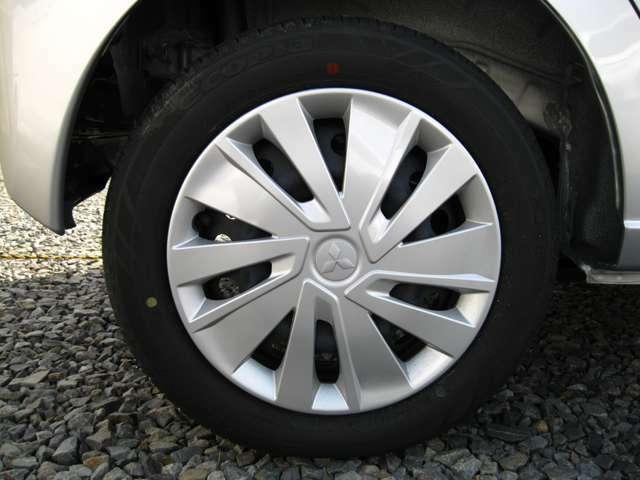 フルホイールカバー付き14インチホイール。タイヤサイズは155/65R14です。