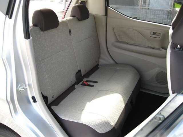 後席もリクライニング&スライドが可能です。足元も広く体の大きな方でもゆったりと座れます!