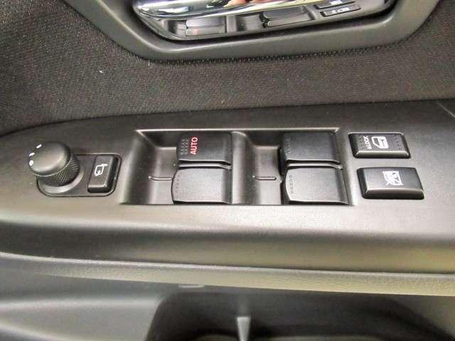 運転席パワーウィンドウスイッチ。すべてのドアの操作が可能です。ドアミラーも電動で向きの調整・格納ができます。駐車した時など車内から操作ができて便利ですね。