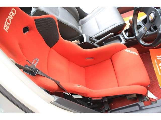 運転席シートはレカロフルバケSP-Gです。フロアカーペットはシビックタイプRの赤フロアにしました。