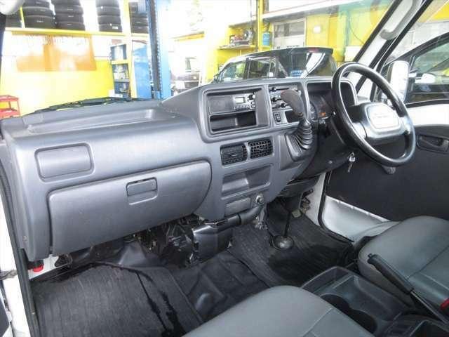 ハンドル周りやや汚れはありますが綺麗です。純正ラジオプレーヤーが装着されています。エアコンの効きも問題ありません。
