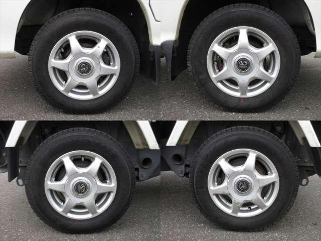 社外アルミホイールが装着されています。タイヤブランドは、ヨコハマです。タイヤサイズは、145R12 6PRです。4本ともスタッドレスタイヤです。