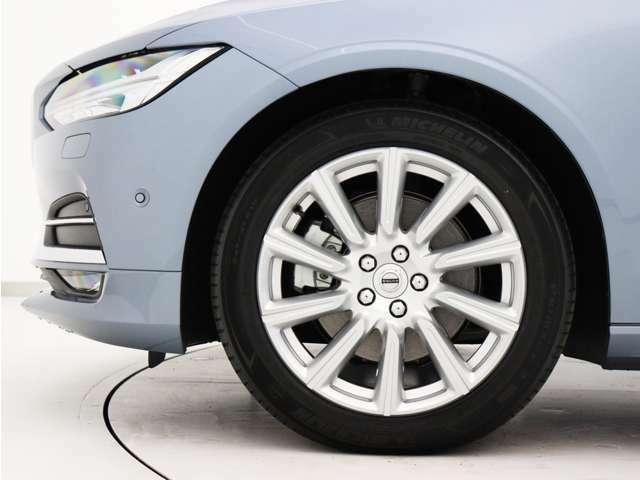 ダイヤモンドカット/シルバーの18インチ10スポークアルミホイール。勿論インテリセーフ標準装備により、歩行者検知機能付フルオートブレーキをはじめとする革新的安全装置を標準搭載。