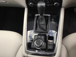 クルマと一体感を生むドライビングポジション。アクセルからブレーキへの踏み替えが自然にできる配置になっています。