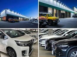 大きな迷彩柄の看板が目印!広々とした駐車場をご用意してお待ちしております。展示場には300台以上のバリエーション豊かな在庫をご用意。メーカー問わず比較していただけます。
