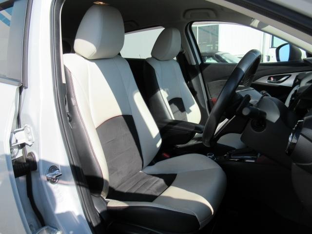 高級感漂う白の本革シート。細かくシート調整が出来ますのでどなたでもピッタリポジションで運転できます♪☆