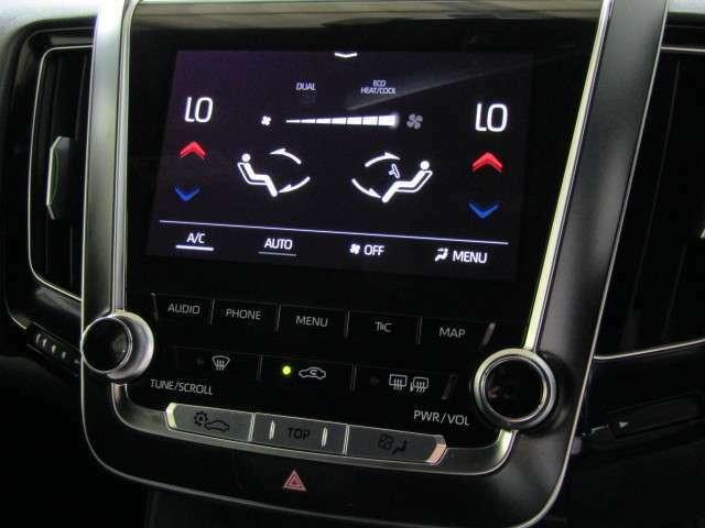 左右独立温度コントロールフロントオートエアコンです。運転席・助手席それぞれ独立して温度設定が行えるので、サイドシートの大切な方も快適な室温でおくつろぎいただけます。