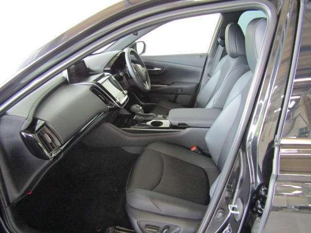大きな座面と包み込むような背もたれが、ドライバーの身体をしっかりと支えます。さらに上質なシート素材と座り心地のいいクッションで、長時間の運転やコーナーの多い道も快適です。