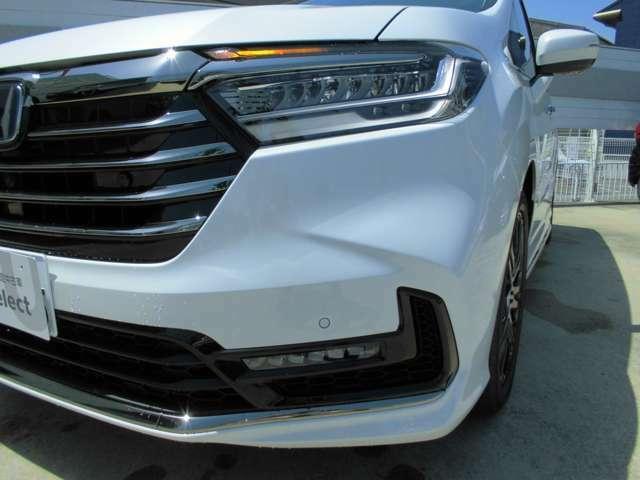 シーケンシャルターンシグナルランプ(フロント/リア)ウインカーは車両の内側から外側に向かって流れるように点灯。先進的なイメージと優れた被視認性を両立しています。