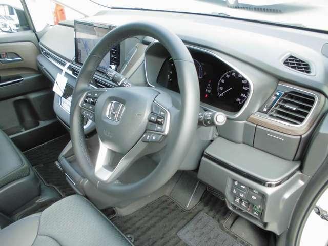 インパネシフトになっているため、広くお使いいただくことはもちろんのこと、助手席から運転席への移動も楽に移ることが可能となっております。