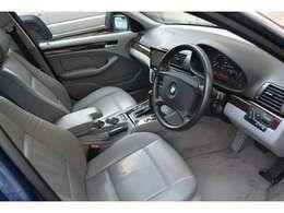 運転席メモリー機能付きパワーシート&シートヒーター装備。