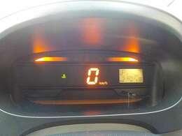 視認性のよいオレンジ色のデジタルスピードメーター