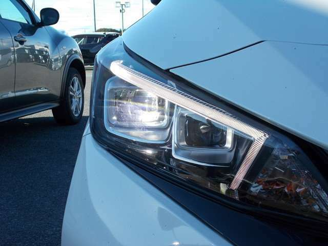 【ヘッドライト(LED)】悪天候のドライブでも快適な視野を確保します。