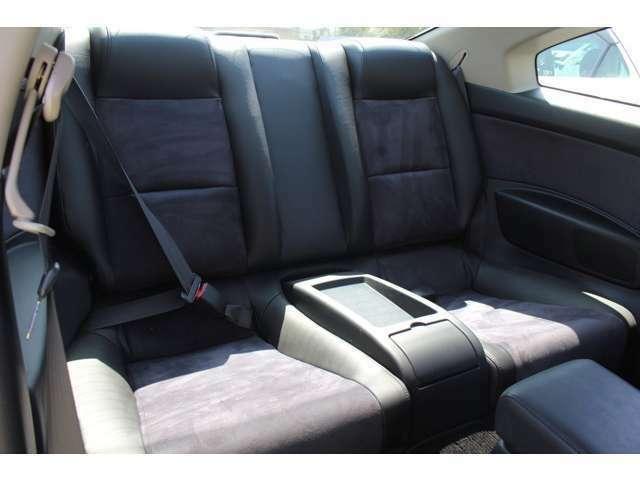 後部座席も使用感少なくキレイです♪スポーツカー、セダン、ミニバン、キャンピングカー、輸入車など車種を拘りの装備、仕様で仕入れております!