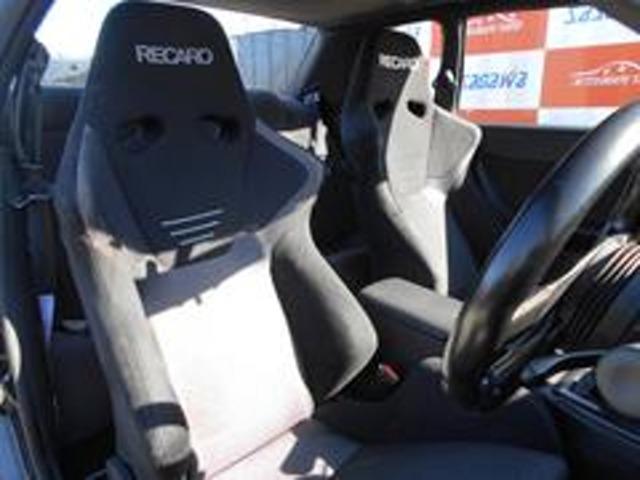 フロントシートは左右共にレカロSR6に交換済で破れや擦れなども無く綺麗な状態を保っております。