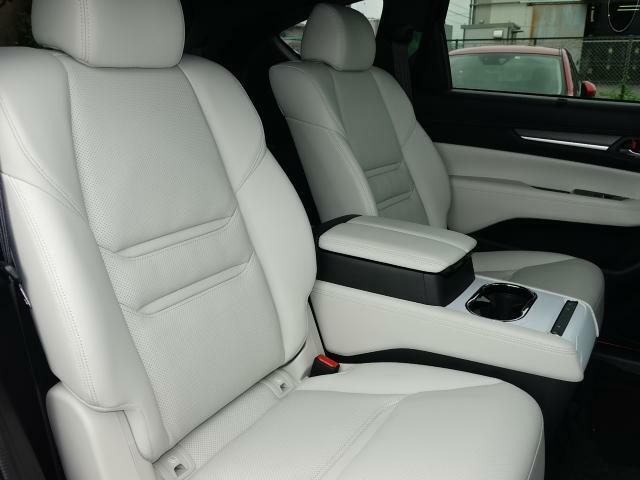 フロントシート同様の快適さを与えられたセカンドシートは、中央にコンソールを配したキャプテンシートタイプです。まるで高級セダンのような座り心地を、是非ご堪能ください。