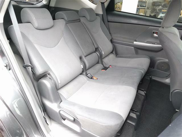 【後部座席】後ろの座席もゆったり座れるシートです!