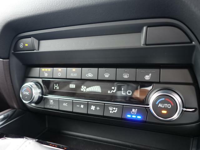 余計な操作の手間が無いフルオートエアコン。視線の移動や手を動かす必要がないということは、安全装備のひとつとも言えるでしょう。フロントシートにはシートヒーター・シートベンチレーターも装備しています。