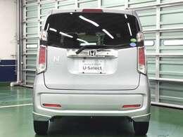 高熱線吸収/UVカット機能付きプライバシーガラスとリアワイパーが装備されています。