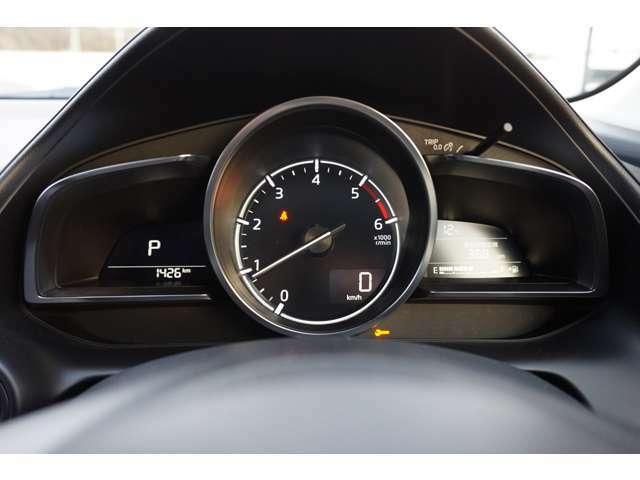 スピードメーターもスッキリとして見えやすい構造になっております。