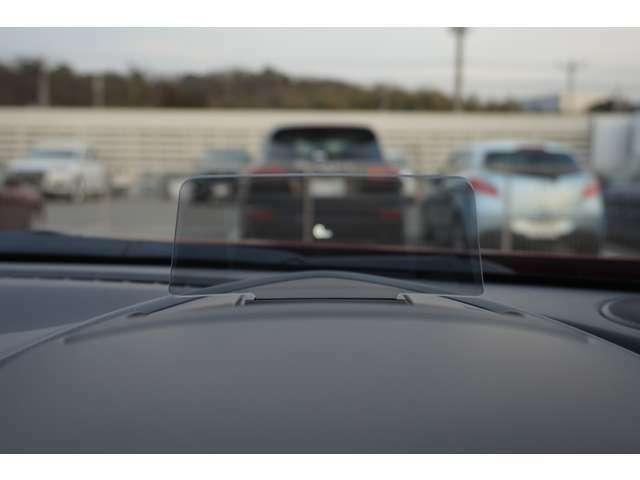 フロントガラスには【アクティブドライビングディスプレイ】が搭載しておりますので、メーター側の速度などを反映していくことが可能に!