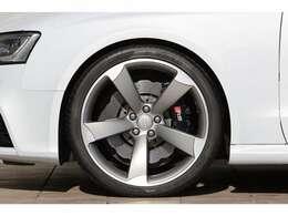 オプションの20インチアルミホイール。タイヤの山も充分に残っておりますので、すぐにでもお乗り出し頂ける状態で御座います。