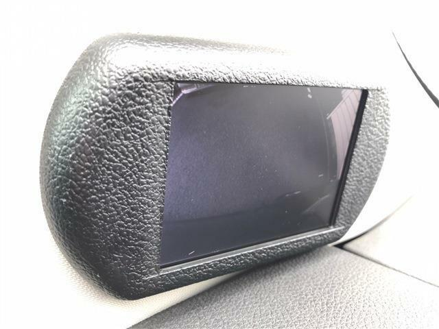☆死角となりやすい、助手席側、左前輪付近の様子をサイドビューカメラが捉え、このモニターに映像として映し出します。これにより、フェンダー補助ミラーレスとなり、よりスタイリッシュな外観を実現しています。