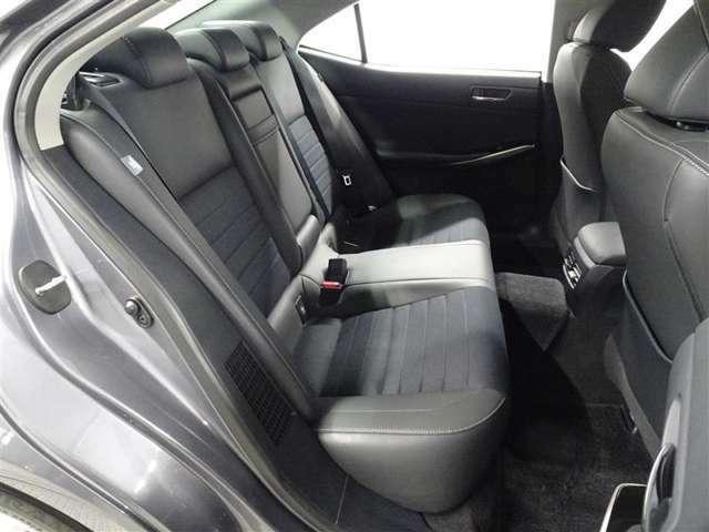 レクサスはリヤ席の方の乗り心地もこだわって作られております。