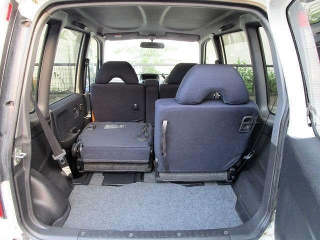 大きな開口部の荷室スペースはとても広々としております。大きな荷物も収納できちゃいますよ(^◇^)。後ろの座席を前に倒すと荷物もたっぷり入りますよ(^◇^)
