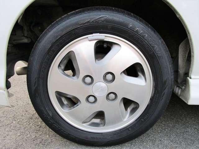 アルミホイール付となっております。タイヤのサイズは155/65 13インチでございます(^◇^)