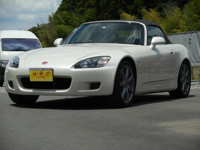 お車ご覧いただきありがとうございます。平成13 年式ホンダS2000<標準> 入荷しました♪外装色は人気のプラチナホワイトパール(NH609P)です。