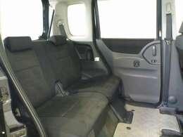 前後のシート間にたっぷりとしたスペースがありリヤ席のヒザ前もスッキリ。