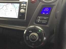 操作性の良いエアコンコントロールパネル。AUTOエアコンです。