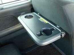 助手席シートバックテーブル付で小さいお子様のマグ対応です。タブレット端末も立てかけやすい形状です。