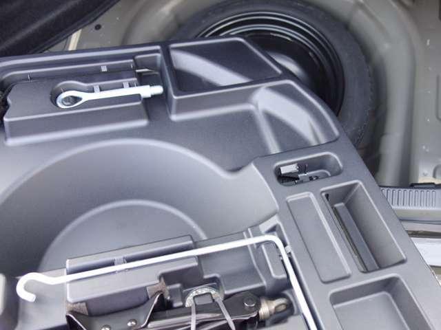 スペアタイヤ、車載工具、ジャッキ類も積載されています。