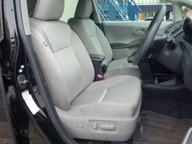 運転席シートは電動調整機能を有し、運転席にはニーエアバッグや、その他サイドエアバッグやカーテンエアバッグなども装備。