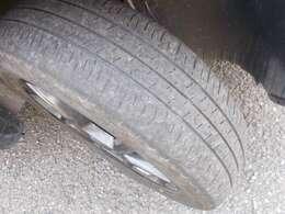 タイヤ溝はまだまだタップリ残っていますからこれから長距離ドライブもどんどん楽しんでください☆