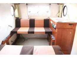 内装のレイアウトは様々で使用用途に応じて対面シートにしたりお荷物を積めるスペースを用意したりもできます☆