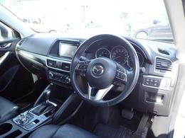 黒を基調としたシックで上品な雰囲気のコクピット!ブラックレザーシートをはじめとした上質なマテリアルで包まれたインテリアが魅力です!乗用車よりも高いアイポイントで視界が良く、車の大きさを感じさせません!