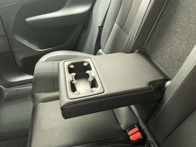 後部座席にもアームレスト及びドリンクホルダーが搭載されます。車内に散らばりがちな小物類をまとめて収納可能なポケットもきちんと設置されております。