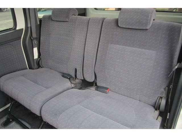 使用感も感じられないぐらいキレイな後部座席です!