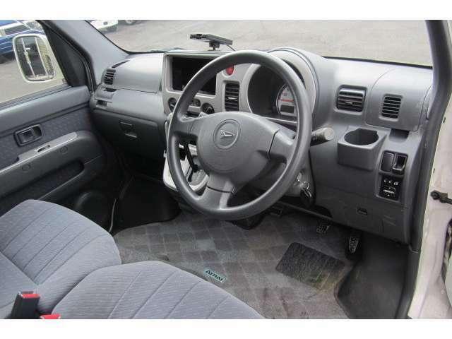広々とした運転席ですので快適にお乗り頂けます!