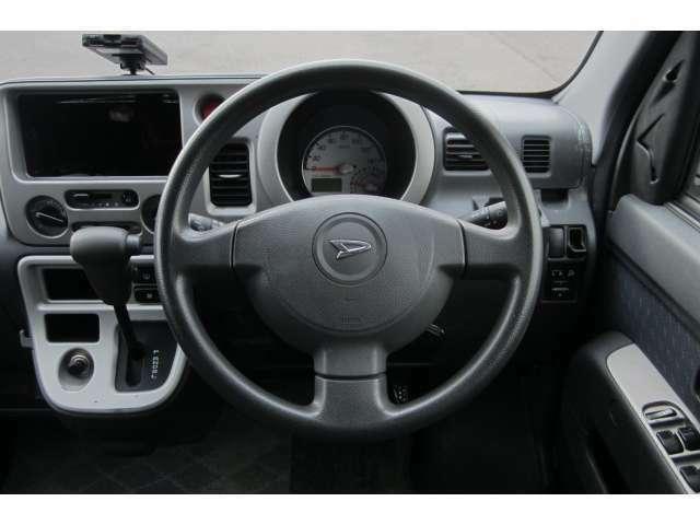 視認移動が少なく、運転に必要な機能をインパネ中心部にまとめられており使いやすさを考えられた運転席まわりです!