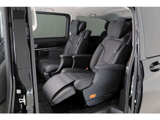 メーカーオプションのエクスクルーシブパッケージ2列目のシートヒーターやシートベンチレーター、オットマン、リラクゼーション機能が装備されます。