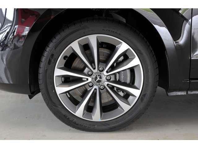 オプションの19インチ7ツインスポークアルミホイールが足元を飾ります。タイヤサイズは前後共に245/45R19です。