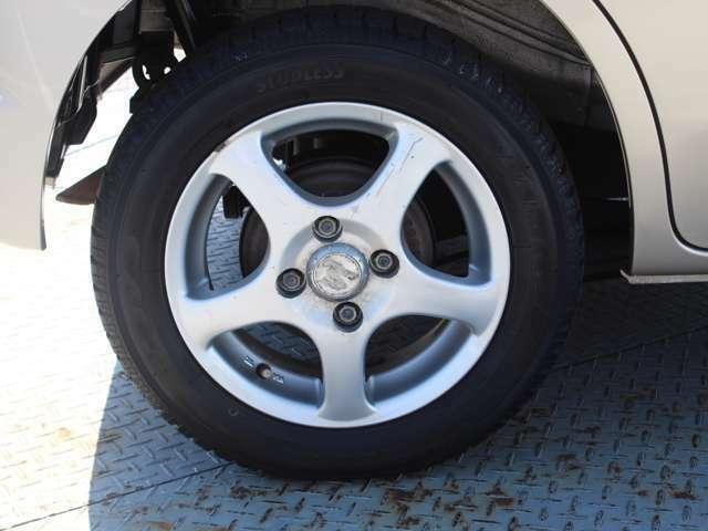 アルミホイール。タイヤの溝もバッチリです。