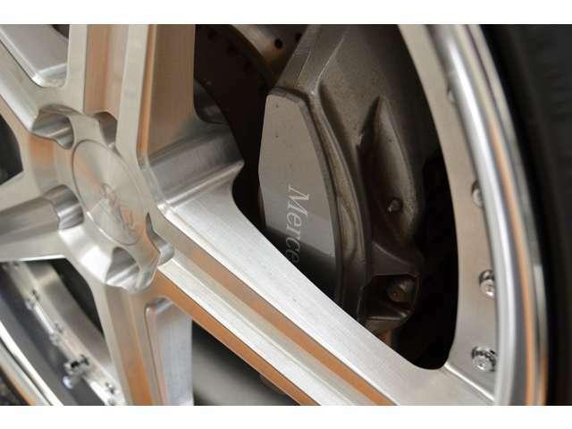 通常はオプションのAMGラインが標準装備されていますので、フロント、リア共に、Mercedes-Benzロゴ付きキャリパー&ドリルドベンチレーテッドディスクとなっております!