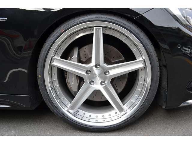 新品SKY FORGED S201を装着! タイヤサイズは、Fr:255/30ZR22 Rr:295/25ZR22 となっております! シンプルなホイールデザインでスポーティーさが増しています!